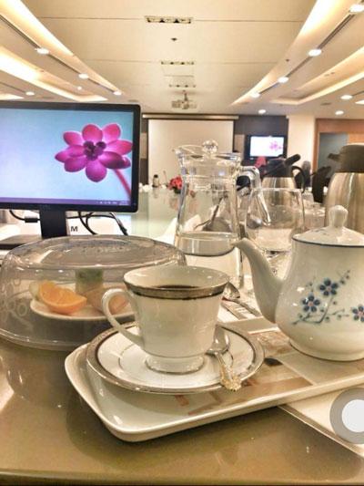 在杨美盈的推动下,其部门所有会议已以玻璃杯和壶取代塑料水瓶,食物盖罩取代保鲜膜,正式与即弃塑料说分手。(此图取自于杨美盈面书。)