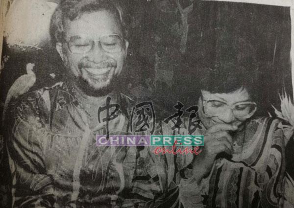 分开9年的莫达哈欣和夫人在媒体前展欢颜。
