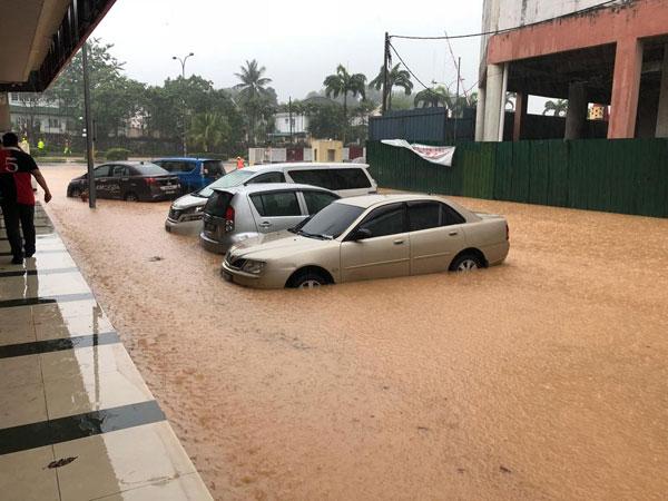 巴生新城商业区一带发生水灾。(取自网络)
