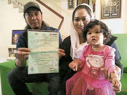"""莫哈末苏菲安(左起)与妻子努鲁,为幼女取了创下大马最长纪录的名字,共有12字节,名为""""Princess Aura Nurr Ermily Amara Auliya Bidadari Nawal El Zendra binti Mohd Sufian""""。"""