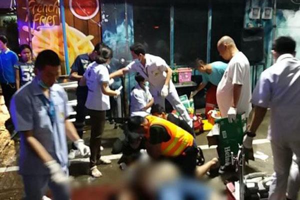 枪击案发生后,救援人员在现场救治死伤者,地上血迹斑斑。