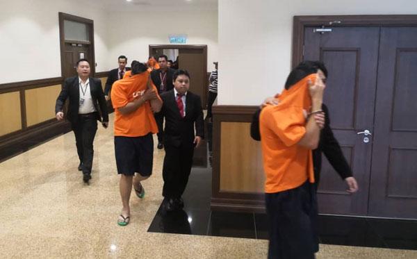 11名涉嫌的肃毒组警员,今日被反贪会官员带到推事庭申请延扣。