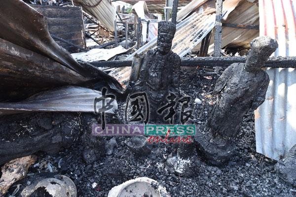 庙里多尊供奉的神明神像,包括伯公神像皆被大火烧成木炭。