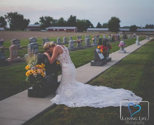 帕吉特穿着婚纱在墨菲墓前拍照,场景令人心碎。