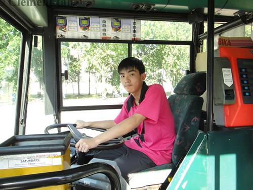 被告陈可为痴迷公共交通工具,竟动手拆除巴士站的椅子。