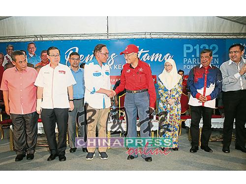 安华(前排左3起)与敦马哈迪阔别20年同台演讲,并来个握手,左起为阿米努丁、林冠英、旺阿兹莎、末沙布及陆兆福。