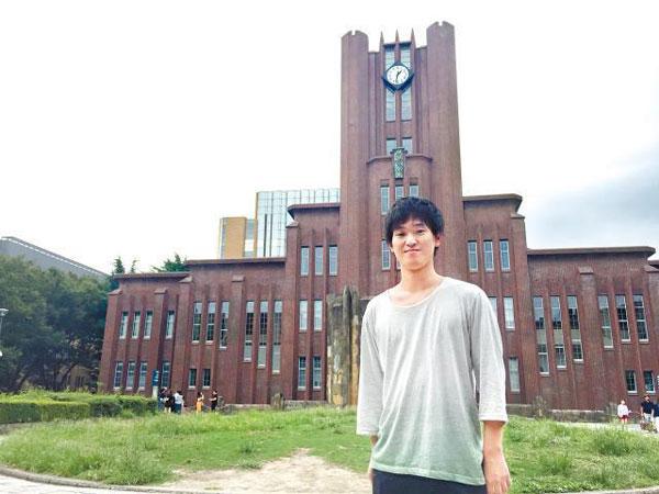 秋山在东京大学念书,在研究所时退学,专注发展语言事业。