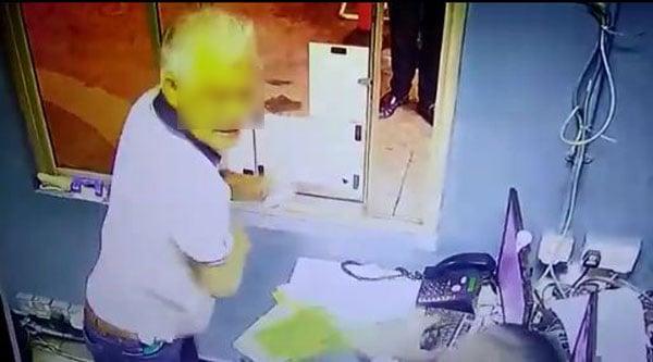 有关拿督似乎情绪失控,闯进办公室直接动手打人。