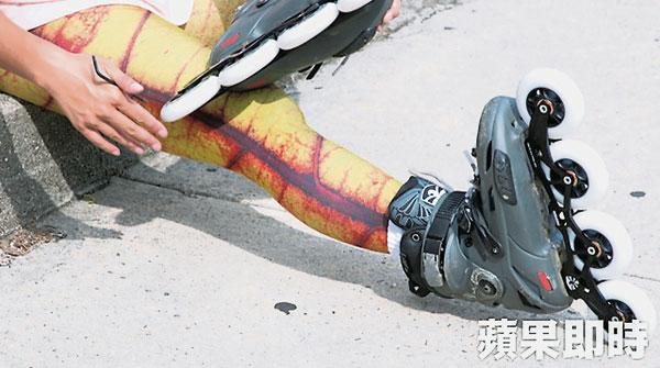 何易恩踩着一双直排轮溜冰鞋,展开9600公里旅程。