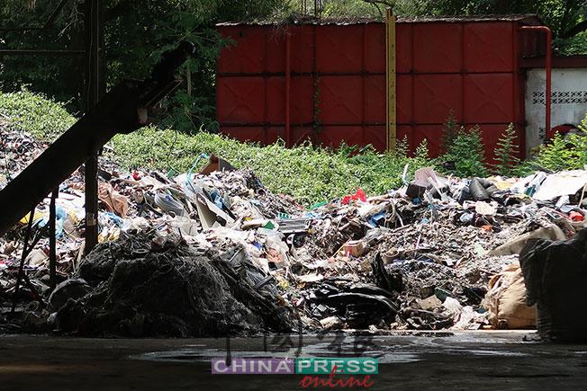 拥有洋垃圾入口准证的合法工厂内一隅,堆着洋垃圾加工处理过程中剩余约5%的固体废料,唯业者称这些废料还会继续加工。