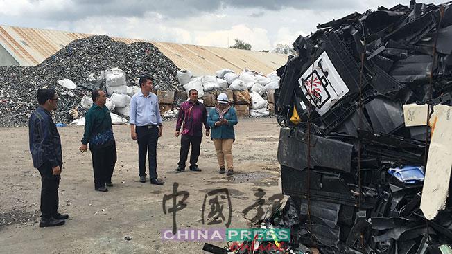 黄思敏(左3)和各执法单位主管讨论,对付无牌的洋垃圾业者的法令,各部门官员都显得无能为力。