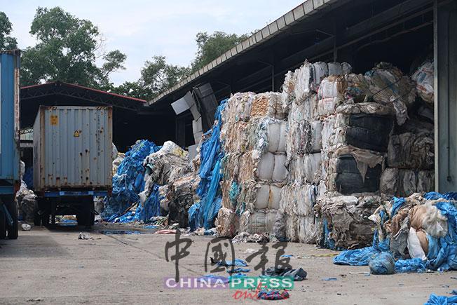 """合法工厂内的""""洋垃圾""""原料都很清一色都是塑料。"""