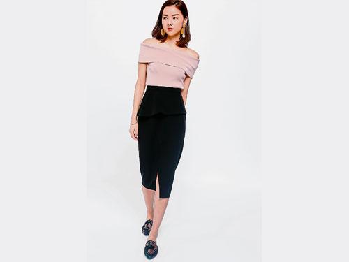 色泽粉嫩的露肩上衣,无论是配裙装或裤装,都能展现时尚魅力。