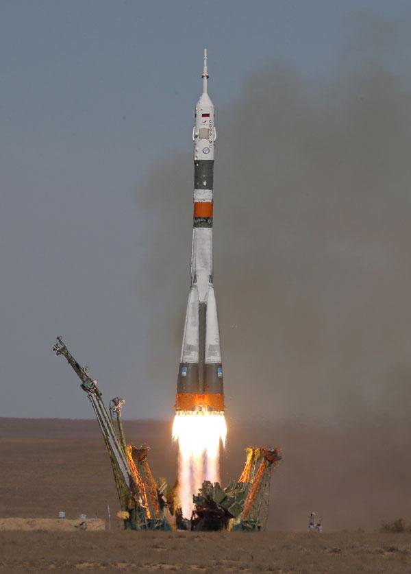 """搭载""""联合号""""MS-10太空船运载火箭开始升空。(欧新社)"""