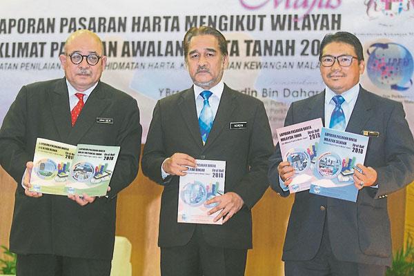 阿末再兰(左起)、诺丁达哈隆及巴德鲁希山,推介2018年房地产初期市场报告。