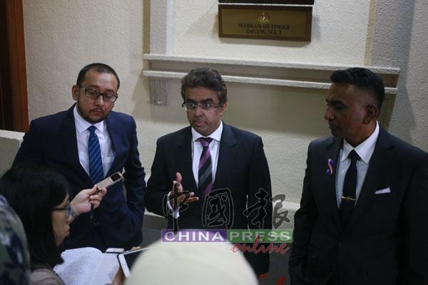 大卫古鲁帕丹(右起)、拉吉万及惹扎拉欣在休庭后,回答记者提问。