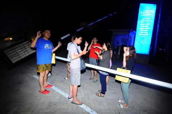 东爪哇省外南梦市一家酒店客人遭遇地震,纷纷逃到外面避难。(路透社)