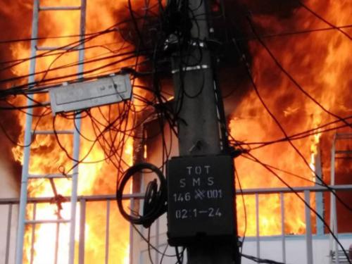 酒店火灾现场的火势,十分猛烈。