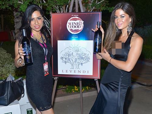 凯瑟琳马约尔加(右)2014年在拉斯维加斯做品牌推广员工作。(互联网图片)