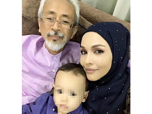 拉惹卡马鲁峇林与诺琳阿兹及儿子的家庭照。