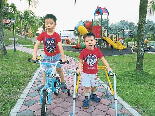 李滽和(右)陪双胞胎哥哥李峻宇在公园骑脚踏车。