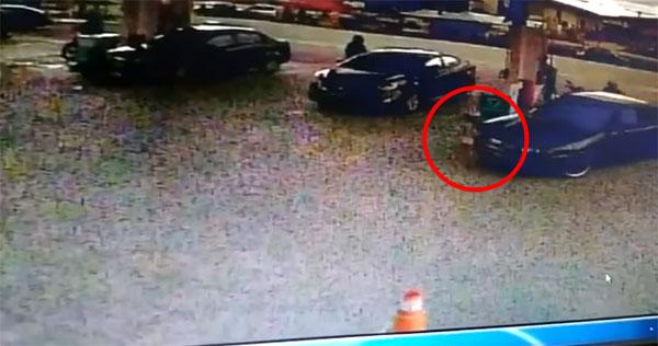 轿车疑闪避不及,猛撞女童。