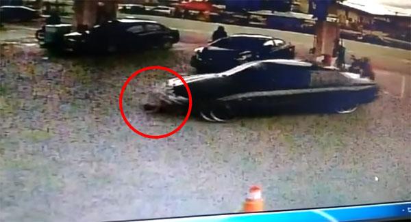 轿车撞倒女童后,再将她卷入车底。