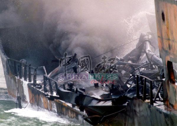 油槽船被烧成废铁。
