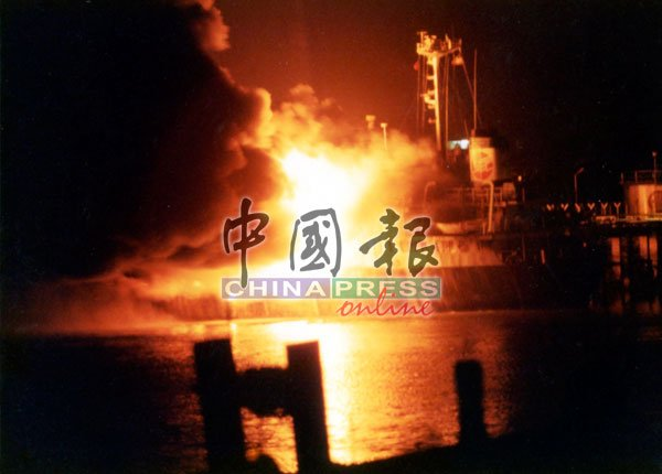 油槽船起火狂烧,即便在黑暗中也能清晰看见滚滚浓烟冲天。