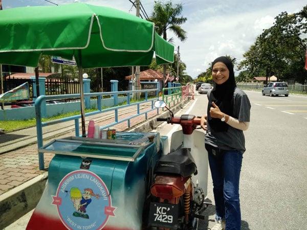 高颜值美女卖雪糕,非常少见,岛民和游客常在社交媒体上载她卖雪糕的情影。(图取自互联网)