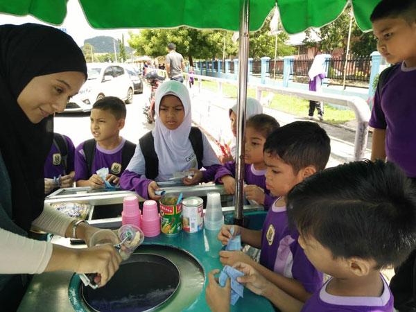小学生喜欢吃雪糕,常围在莎米米摊档买雪糕。(图取自互联网)