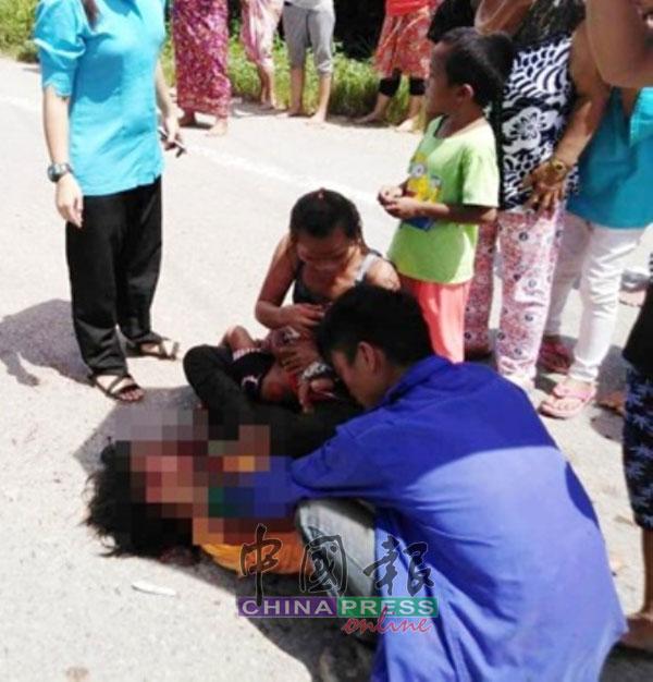 夫妇两悲恸抚摸遭货卡撞倒2年幼爱女身体。