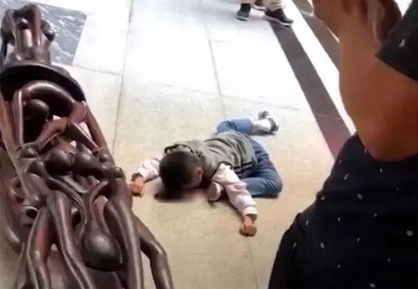男童被木雕砸死,下肢呈现诡异的S形。图∕翻摄自微信