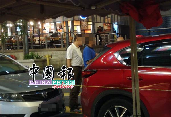 其中1名华裔男子当场遭警方扣留,并被带返警局做调查。