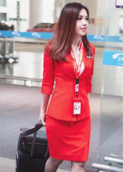 Mabel Goo身穿亚航空姐制服上班。(图取自Mabel Goo面子书)