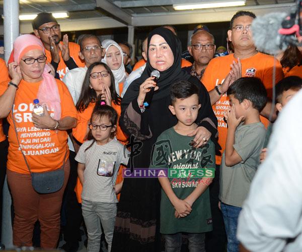 哈米达(黑衣者)在声援活动上发言,感谢出席的支持者。