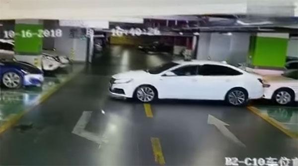 女司机短短5分钟内就撞到了4台车。
