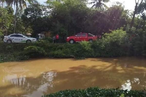 民众在轿车经过河旁的路段时,意外发现河里的浮尸后马上报警。