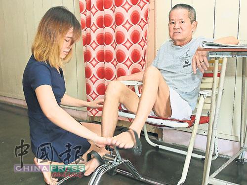 王慧莹(左)每天在家中都为父亲进行物理治疗。