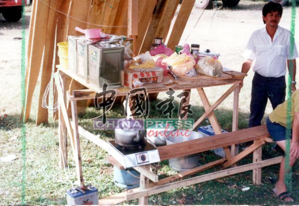司机们就地取材,利用木材和帐篷搭建小亭子方便休息。