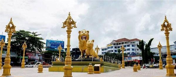 事发地点的双狮纪念碑,是西哈努克市的地标建筑。