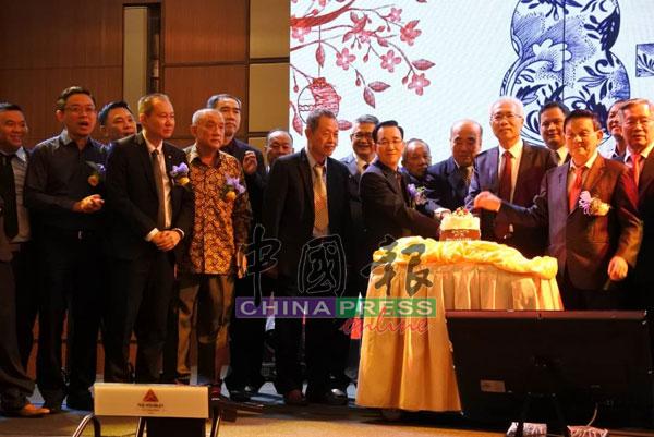 王荣丰(前排右起)、王荣辉、李成福及陈坤海等,与北马机械及车辆零件商会理事及嘉宾,一同切蛋糕。