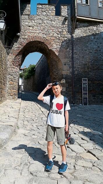 走在6000年的石板大街上,感觉就想踩着健康步道般颠簸。