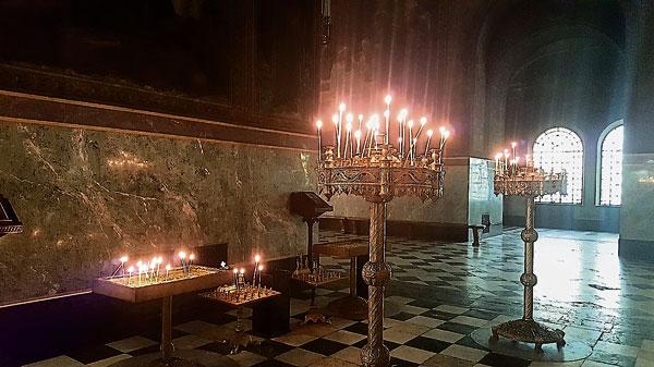 东教的教堂内都有上下两层的烛台供民众使用,上层是用于祈福,下层则是缅怀已逝亲友。