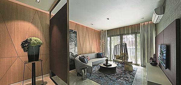 精致优雅-利用原架构的采光优势,将屋外的自然光引入室内,映射于纯净的木色墙壁,自成一道风景。在大面积木色护墙上加入淡雅山水画,融入古铜材质吊灯与特制沙发,燃亮精致却不失优雅,恬然闲适正是其最美好的写照。