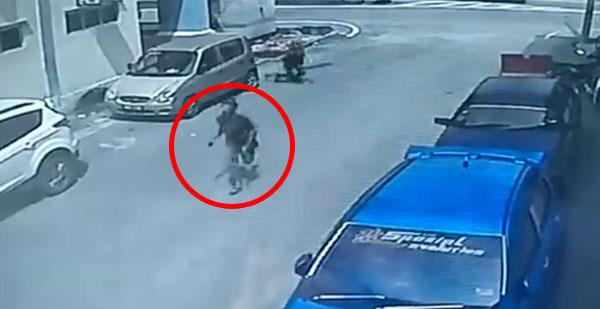 独行男子1秒内,抢走路人手提包后,疾速跑离现场。
