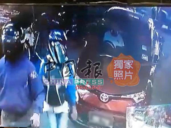 3名匪徒闯入金店,另一人则在外把风。