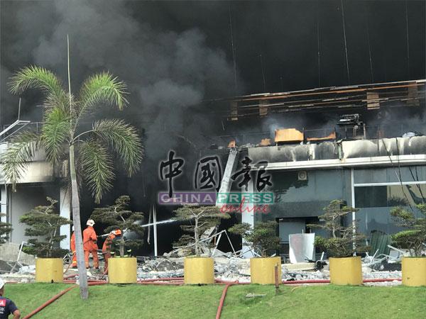 两层楼的工厂,上层建筑物开始倒塌。