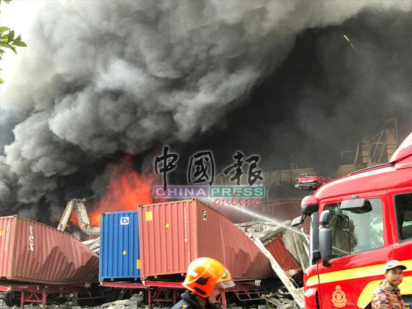 工厂外的货柜箱被倒塌的建筑物压毁。