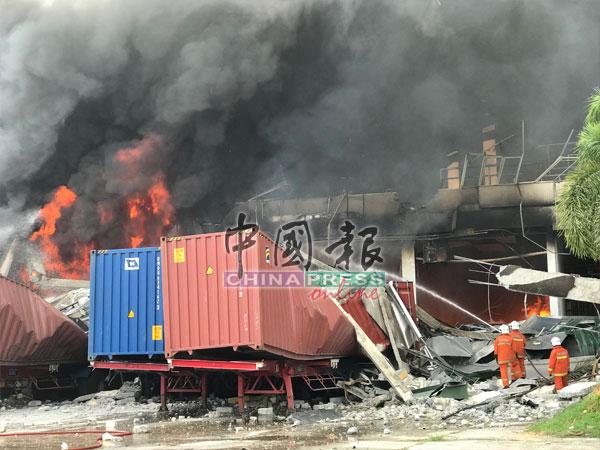 消拯员在现场灌救,但火势依然猛烈。